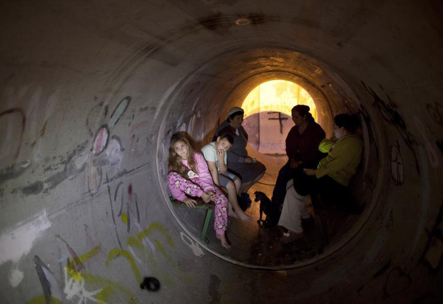 Des Israéliens réfugiés dans une canalisation après un tir de rocket, à Nitzan, près de la frontière de Gaza, jeudi 15 novembre 2012.