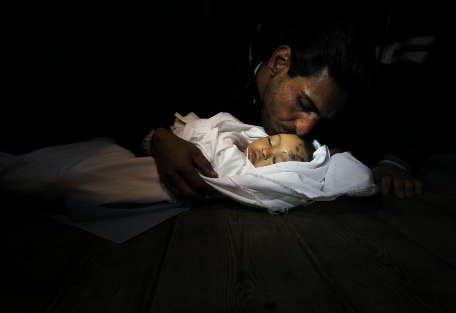 Hanen Tafish, une petite fille de 10 mois, est morte à la suite de frappes aériennes dans le quartier de Zeitun à Gaza. Le 15 novembre à la morgue de l'hôpital Al-Shifa.