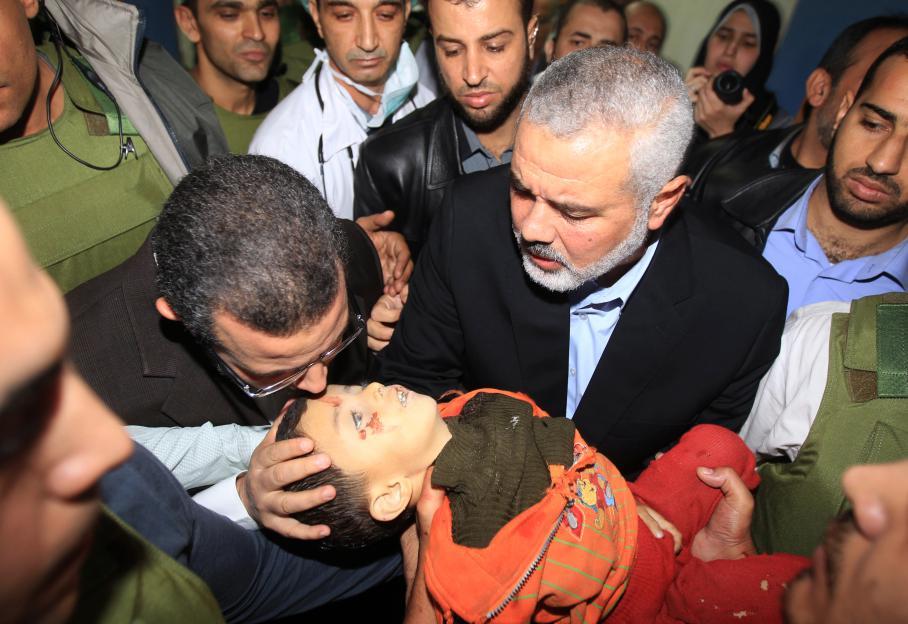 Le leader palestinien de GazaIsmaïl Haniyeh tend au Premier ministre égyptien Hisham Qandil le corps d'un enfant mort à l'hôpital de Gaza.