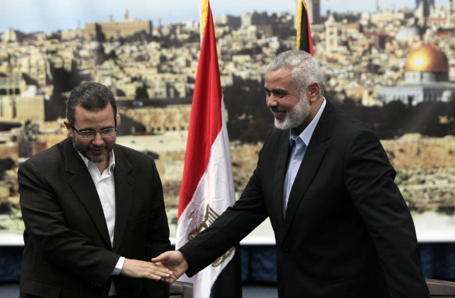 Le Premier ministre du gouvernement duHamas, Ismaïl Haniyeh, reçoit le Premier ministre égyptien,Hicham Qandil, à Gaza, le vendredi 16 novembre 2012.