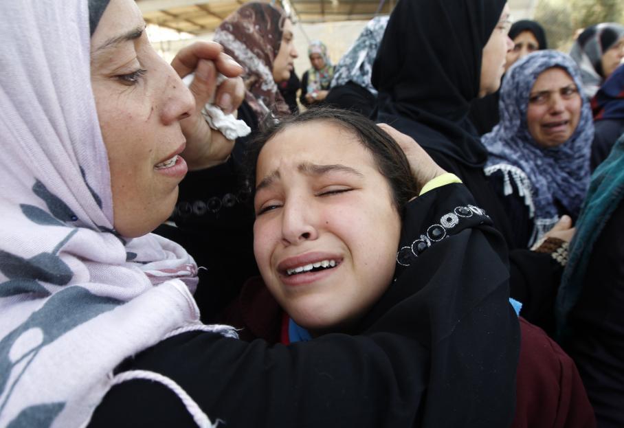 Des femmes palestiniennes et des enfants pleurent lors des funérailles d'Audi Naser, tué pendant un raid israélien sur Gaza, le 16 novembre 2012.