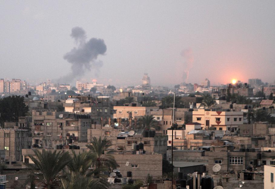 """De la fumée s'élève de Khan Yunis, dans le sud de la bande Gaza, après des raids aériens israéliens. Plus de 20 raids aériens israéliens ont été lancés mercredi 14 novembre sur le territoire palestinien dans le cadre du début de l'opération """"Pilier de défense""""."""