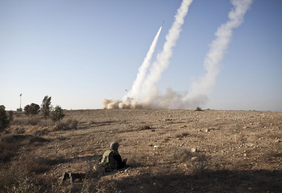Des missiles sont tirés vers Gaza depuis le dôme de fer, le bouclier anti-missile d'Israël, le 15 novembre 2012.