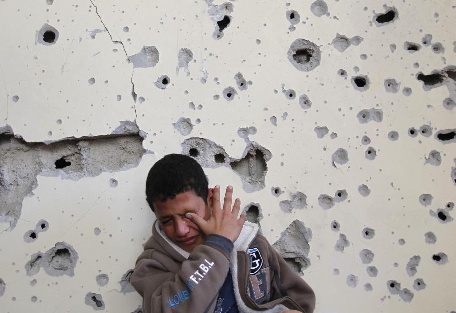 Un Palestinien de 11 ans en larmes. Sa maison, dans le nord de la bande de Gaza,a été endommagée par un raid israélien, le 16 novembre 2012.