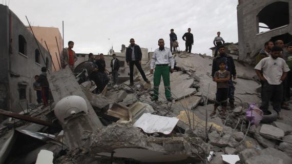Des Palestiniens inspectent les ruines d'une maison dans le camp de Jebaliya dans le Nord de la bande de Gaza, samedi 17 novembre 2012.