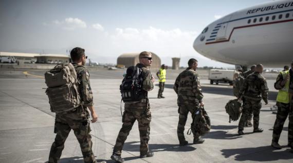 Des soldats français embarquent à destination de la France, à l'aéroport de Kaboul, en Afghanistan, le 29 septembre 2012.