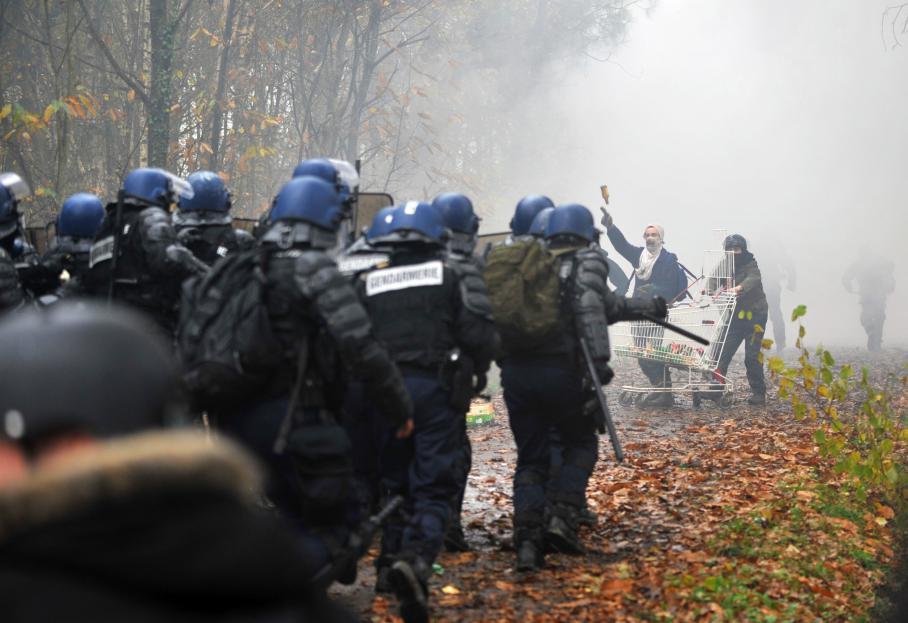 Des policiers face à des manifestants, à Notre-Dame-des-Landes (Loire-Atlantique), le 23 novembre 2012.