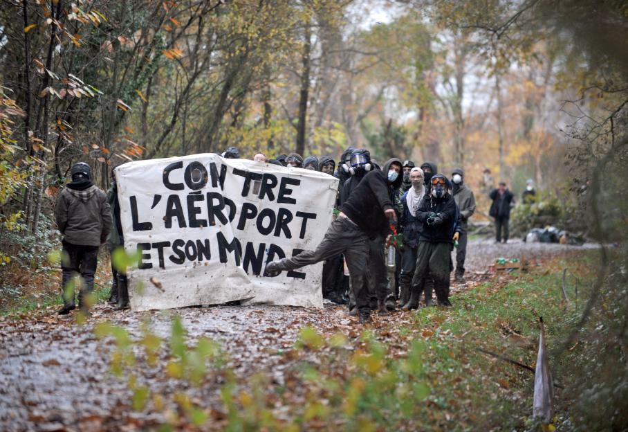 Des opposants au projet d'aéroport à Notre-Dame-des-Landes affrontent les forces de l'ordre, déployées pour les déloger du site qu'ils occupent, vendredi 23 novembre 2013.