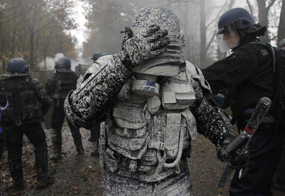 Un policier anti-émeute est couvert de chaux à l'issue d'un affrontement avec des opposants au projet d'aéroport Notre-Dame-des-Landes, vendredi 23 novembre 2012.