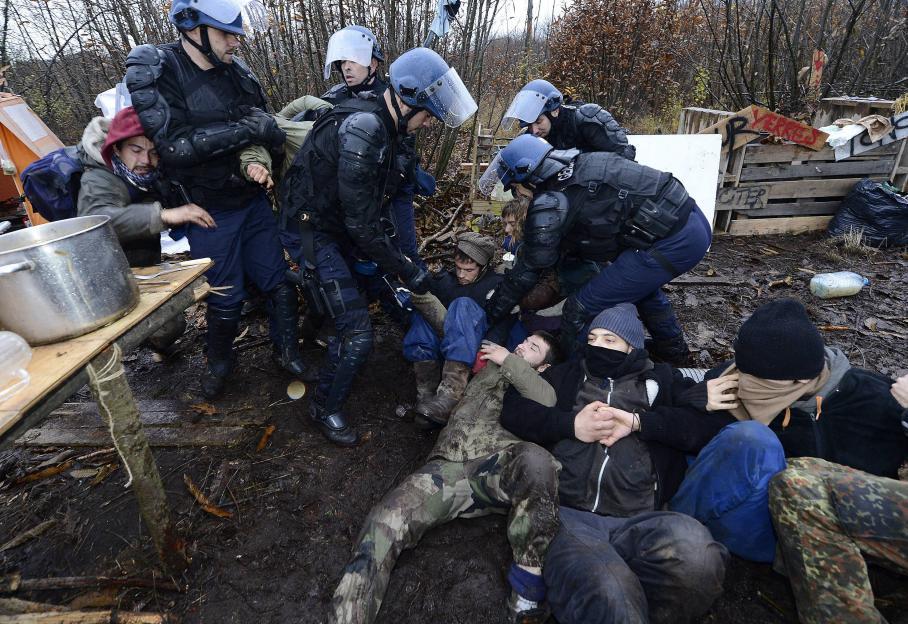 L'opération d'évacuation des squats sur le site du futur aéroport de Notre Dame des Landes a mobilisé environ 500 gendarmes vendredi 23 novembre 2012, chargés de sécuriser le site de la foret de Rohane dans laquelle des cabanes ont été construites.