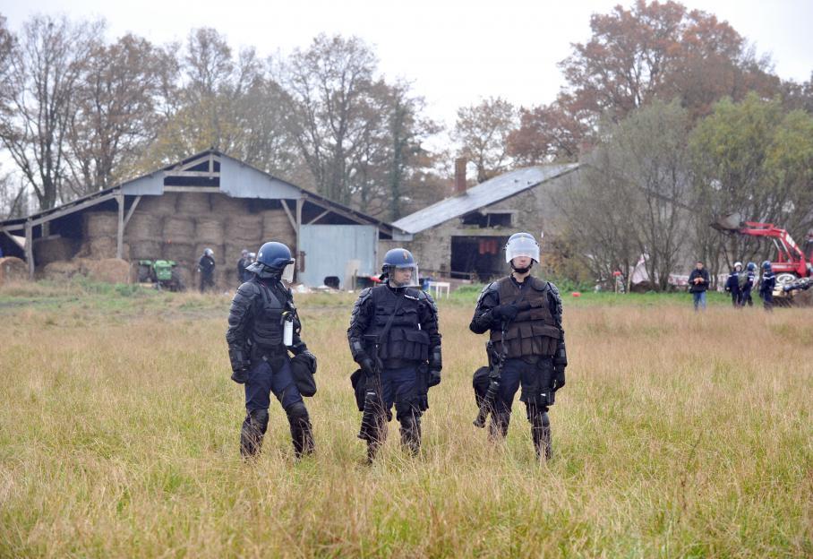 Près de 500 gendarmes ont procédé à l'évacuation des squatteurs du bocage de Notre-Dame-des-Landes (Loire-Atlantique), le 23 novembre 2012 au petit matin.