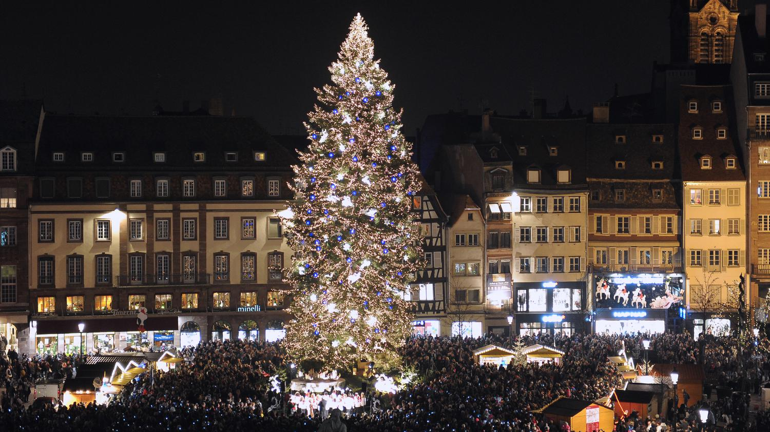 Video le march de no l de strasbourg a ouvert ses portes for Les plus beaux sapins de noel decores