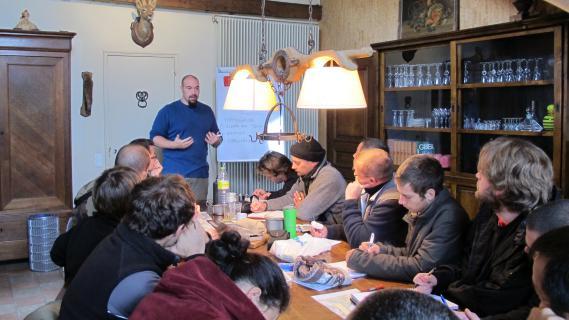 David Manise (debout), instructeur de survie, et ses stagiaires, le 14 novembre 2012 à Azay-le-Rideau (Indre-et-Loire).