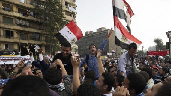 Des manifestants anti-Morsi sur la place Tahrir, au Caire (Egypte), le 27 novembre 2012.
