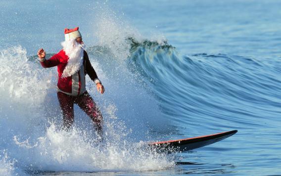 Le père Noël arrive en surf sur une plage de Los Angeles (Californie)le 24 décembre 2011.