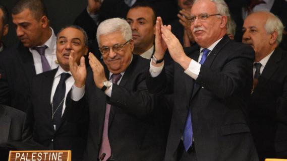 Le président de l'Autorité palestinienne, Mahmoud Abbas, applaudit après le vote approuvant la résolution accordant le statut d'Etat observateur à la Palestine, le 29 novembre 2012 à l'ONU à New York.