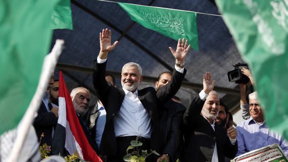 Ismaïl Haniyeh,chef du gouvernement du Hamas à Gaza, salue la foule après la fin du conflit qui a opposé Gaza à Israël, le 22 novembre 2012.