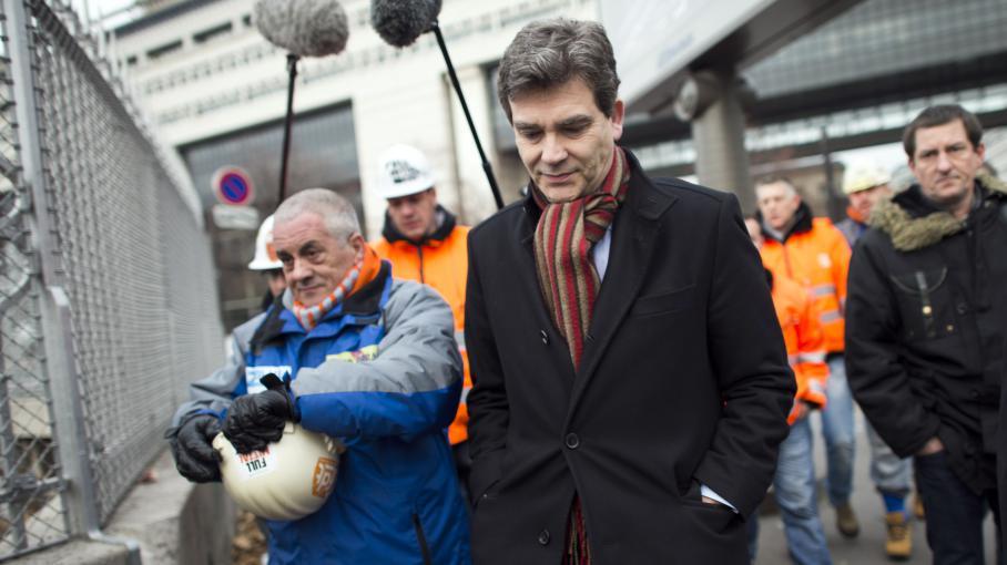 Le ministre du Redressement productif, Arnaud Montebourg, le 30 novembre 2012, à Paris, avec des employés d'ArcellorMittal.