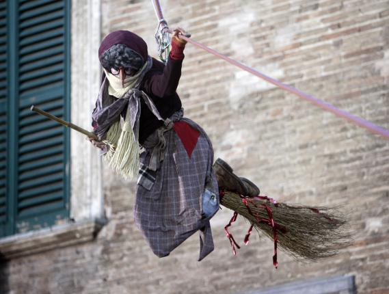 """La """"Befana"""", une vieille sorcière qui se charge de distribuer des cadeaux aux enfants sages,à Urbania, en Italie, le 7 janvier 2008."""