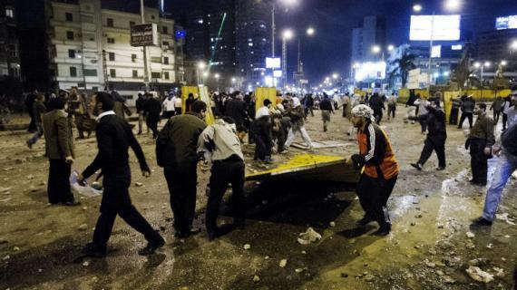 Des membres des frères musulmans construisent une barricade sur une route menant au palais présidentiel, le 5 décembre 2012.