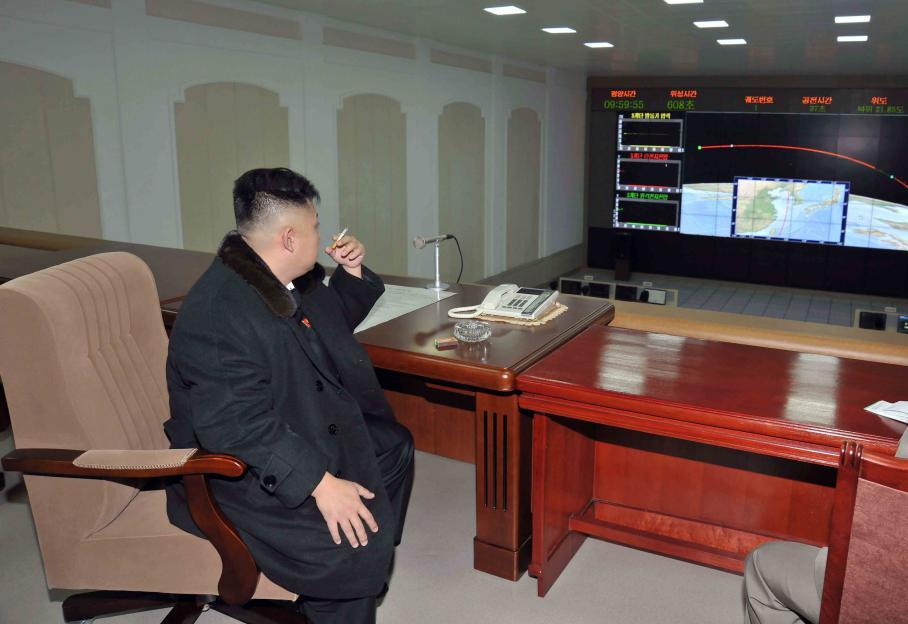Dans la salle de contrôle située dans le comté de Cholsan, au nord de la capitale Pyongyang, le dirigeant nord-coréen Kim Jong-un assiste au lancement en direct.