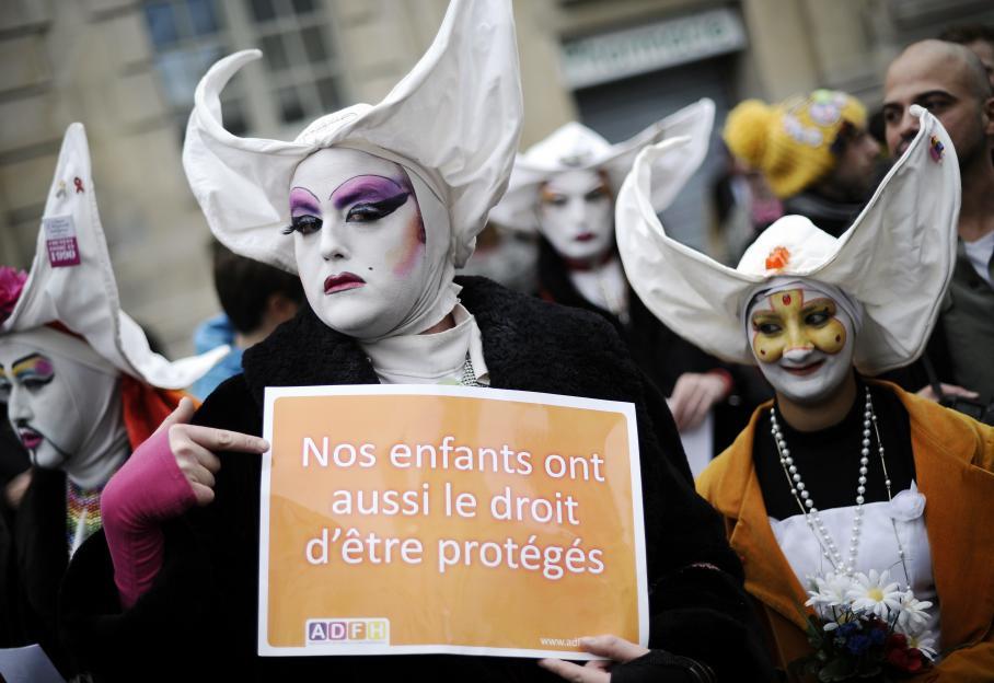 """""""Nos enfants ont aussi le droit d'être protégé"""", réclame ce manifestant déguisé en nonne."""