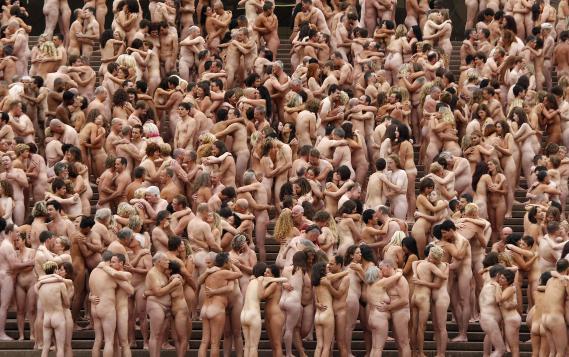 Environ 5 000 volontaires posent nus pour l'artiste Spencer Tunick, devant l'opra de Sydney (Australie), le 1er mars 2010.