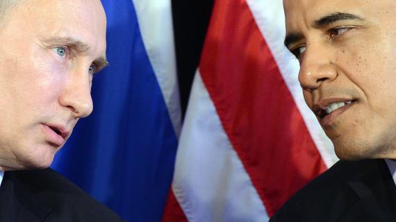 Vladimir Poutine et Barack Obama discutent lors du sommet du G20, le 18 juin 2012 à Los Cabos (Mexique).