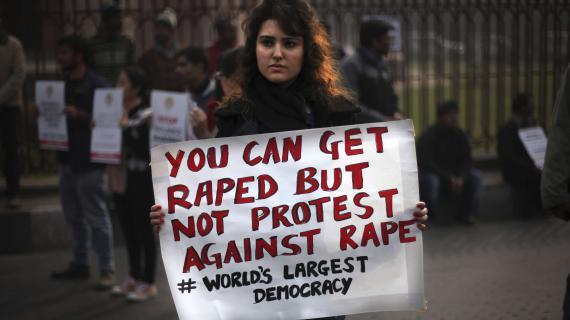 """Une manifestante tient une affiche sur laquelle il est crit : """"Tu peux tre viole, mais pas manifester contre le viol. Plus grande dmocratie du monde"""". New Delhi, le 27 dcembre 2012."""