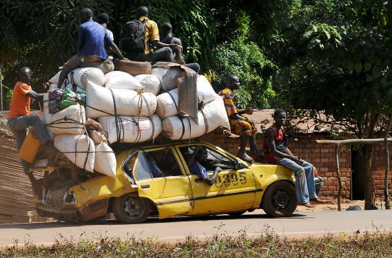 Des Centrafricains fuient Damara, à 75 km de la capitale, Bangui, le 2 janvier 2013.