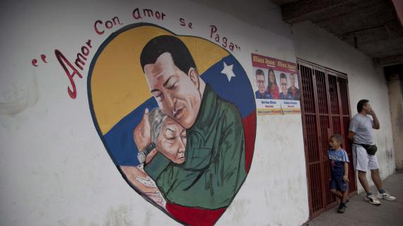"""Dans le cœur, le président vénézuélien Hugo Chavez étreint une femme. """"L'amour est récompensé par l'amour"""", dit cette image photographiée sur un mur de Caracas (Venezuela), le 4 janvier 2013."""