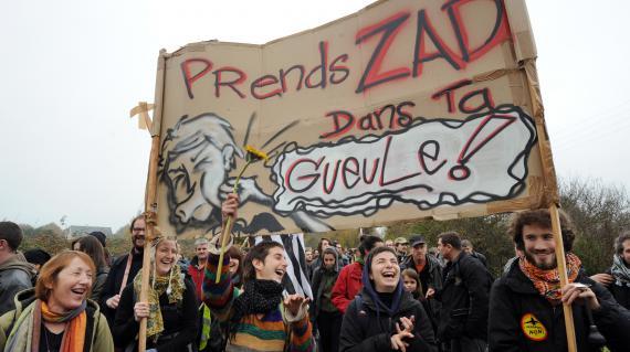 Des opposants au projet d'aéroport du Grand Ouest aux côtés d'agriculteurs et de militants écologistes, lors d'une manifestation organisée le 17 novembre 2012 à Notre-Dame-des-Landes (Loire-Atlantique).