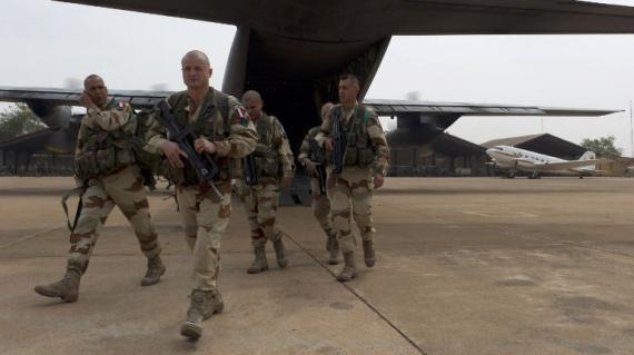 Une photo réalisée par le service de communication de l'armée française montre des soldats arrivant à l'aéroport de Bamako, le 11 janvier 2013.