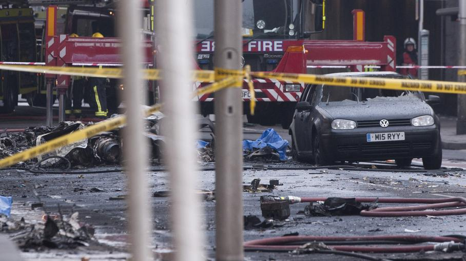 video crash d 39 un h licopt re londres deux morts. Black Bedroom Furniture Sets. Home Design Ideas