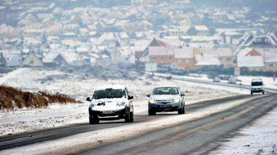Des voitures couvertes de neige circulent sur une route près de Boulogne-sur-mer, dans le Pas-de-Calais, le 19 janvier 2013.