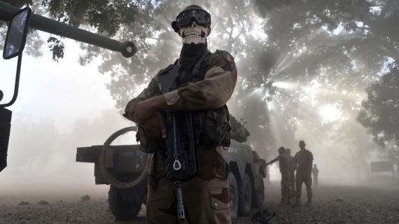 Un soldat français portant un foulard à tête de mort pose près d'un blindé à Niono(Mali), le 20 janvier 2013.