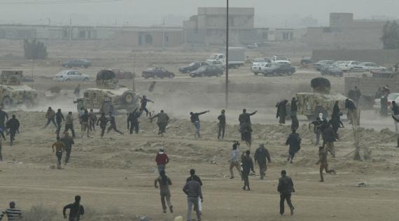 Les femmes irakiennes montrent des seins au soldat