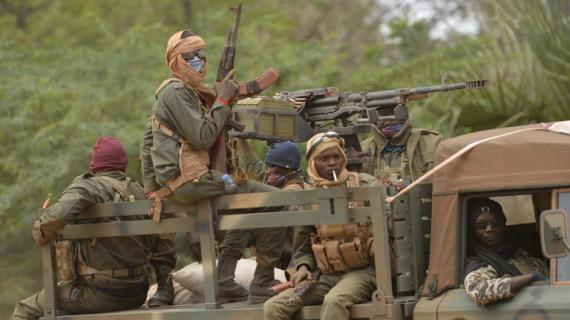 Des soldats maliens patrouillent à Diabali (Mali), le 26 janvier 2013.
