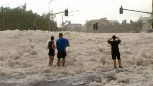 Une ville envahie par l'écume de mer en Australie