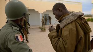 Français et Maliens entrent dans Tombouctou, les islamistes brûlent des manuscrits