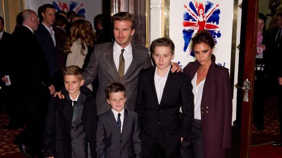 David et Victoria Beckham et leurs trois fils, Brooklyn, Romeo et Cruz le 11 décembre 2012 à Londres (Royaume-Uni).