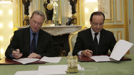 François Hollande et le patron de Google Eric Schmidt signent l'accord, le 1er février 2013 à l'Elysée.