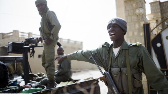 Des soldats maliens patrouillent dans les rues de Tombouctou (Mali), le 1er février 2013.