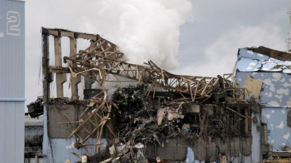 De la fumée s'élève du réacteur 3 de la centrale nucléaire de Fukushima (Japon), le 15 mars 2011, quatre jours après la catastrophe. Cette photo a été rendue publique le 1er février 2013 par Tepco.