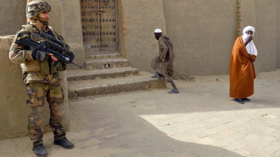 Un militaire français monte la garde devant une mosquée, à Tombouctou (Mali), le 31 janvier 2013.