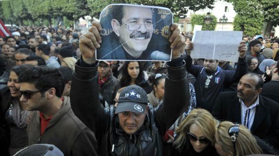 Un Tunisien brandit la photo de Chokri Belaïd, l'opposant politique assassiné, lors d'une manifestation sur l'avenue Bourguiba de Tunis (Tunisie), le 6 février 2013.