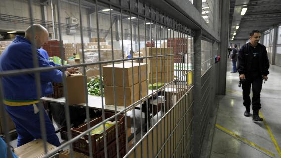 Un détenu emballe des marchandises pour le compte de chaînes de supermarché, le 27 novembre 2008 dans un atelier du centre pénitentiaire du Pontet (Vaucluse).