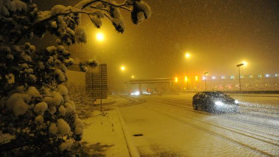 La neige est tombée en abondance à Veauchette (Loire) sur l'A72, dans le haut de la vallée du Rhône,le 9 février 2013.