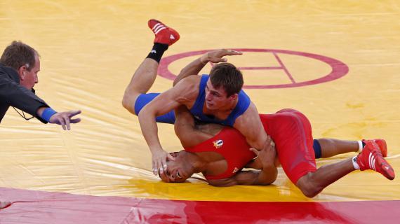 Le lutteur français Steeve Guénot (en bleu) face au Cubain Pedro Mulens Herrera au Jeux olympiques de Londres (Royaume-Uni), le 7 août 2012/