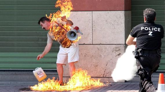 Un homme s'immole par le feu à Thessalonique (Grèce) en signe de protestation contre le gouvernement et les institutions financières, en septembre 2011. Conduit à l'hôpital, il a survécu à ses blessures.